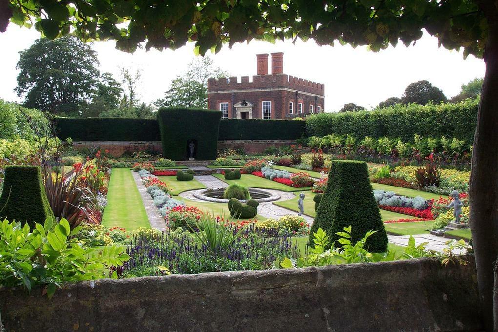 top-10-places-thames-valley-hampton-court-palace-no-modify